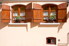 Gammala fönster till Sighisoara Royaltyfri Fotografi