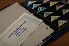 gammala för samla för albumbok stämplar nya ut Royaltyfri Bild
