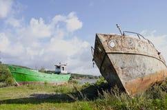 Gammala fartyg på havskusten Arkivbild