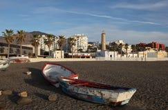 Gammala fiskebåtar på stranden i Estepona Royaltyfri Bild