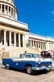 Gammala Ford som parkeras på den Havana capitolen Royaltyfri Bild