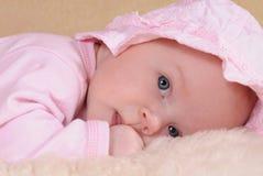 Behandla som ett barn flickan i hatt Royaltyfri Fotografi