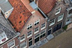 Gammala historiska hus i den holländska townen Delft arkivbilder