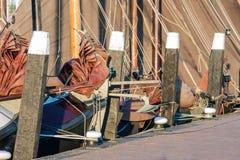 Gammala historiska seglingships i holländsk hamn av Urk Royaltyfri Foto