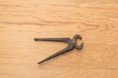 gammala hj?lpmedel pincers Ett hjälpmedel som används för att gripa och att dra saker royaltyfria bilder