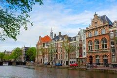 Gammala hus av Amsterdam, Nederländerna Royaltyfri Fotografi