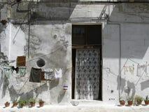 Gammala hus av Matera, Italien, med att hänga för kläder Arkivfoto