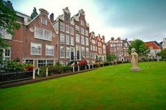 Gammala hus i Amsterdam, Nederländerna Royaltyfri Fotografi