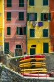 Gammala hus i Riomaggiore med kanoter, Italien Arkivbild