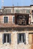 Gammala hus i Venedig Fotografering för Bildbyråer