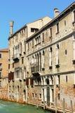 Gammala hus i Venedig Royaltyfri Fotografi