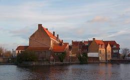 Gammala hus på packa ihop av kanalen. Bruges Belgien Arkivbild