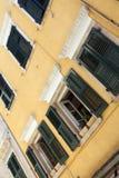Gammala husfönster. Mitt av den Kerkyra staden, Corfu. Royaltyfri Fotografi