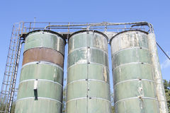 Gammala industriella lagringsbehållare Royaltyfri Foto