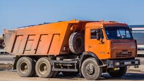 Gammala Kamaz åker lastbil Arkivfoton