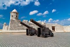 Gammala kanoner framme av ett slott i gammala Havana Arkivbild