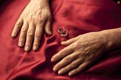 Gammala kvinnahänder Arkivfoto