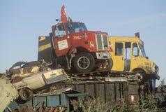 Gammala lastbilar och bilar som överst sitter av en rest Fotografering för Bildbyråer