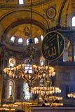 Gammala ljuskronor i Hagia Sophia Arkivfoton