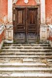 Gammala marmortrappuppgångar och trädörr Arkivbild
