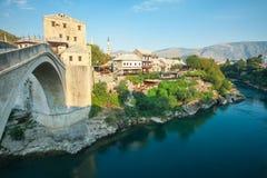 Gammala Mostar överbryggar över den Neretva floden Arkivfoto