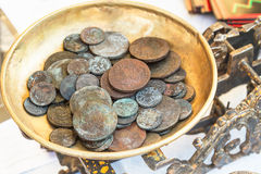 Gammala mynt på scales Arkivfoton