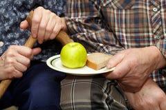 gammala par armod Apple och bröd Royaltyfri Fotografi