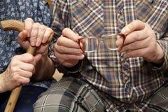 gammala par Händer med glasögon Arkivfoton