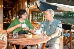 Gammala par tycker om i eftermiddagkaffe Fotografering för Bildbyråer