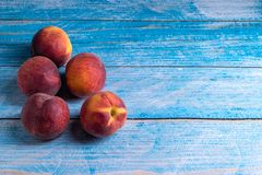 gammala persikor table tr? royaltyfri foto