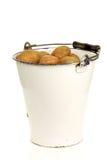 gammala potatisar för hinkgruppemalj royaltyfri fotografi