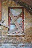 Gammala räknade fönster i övergivet gammalt tegelstenhus Royaltyfria Foton