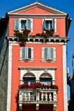 gammala röda högväxt väggar för europeiskt hus Royaltyfria Foton