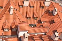 gammala röda tak för dormers Arkivbilder