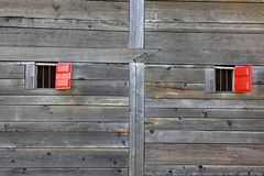gammala röda wood väggfönster Royaltyfri Fotografi