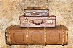 gammala resväskor tre för läder royaltyfri fotografi