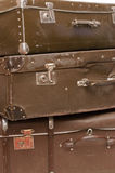 gammala resväskor för tät hög upp Arkivbilder