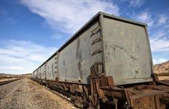 Gammala rostiga järnvägaskbilar Arkivbild