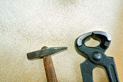 gammala rostiga skrapade hjälpmedel för tät hand upp Arkivfoto