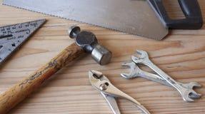 gammala rostiga skrapade hjälpmedel för tät hand upp Royaltyfria Foton