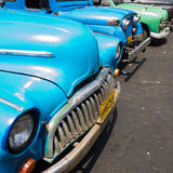 Gammala sjaskiga amerikanska bilar i Kuba Royaltyfria Bilder