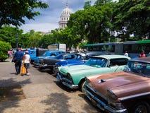 Gammala sjaskiga amerikanska bilar i Kuba Arkivfoton