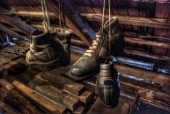 gammala skor skidar royaltyfria bilder