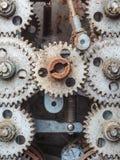 Gammala smutsiga red ut cogwheels Royaltyfri Fotografi