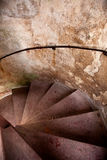 gammala spirala trappa för slott Arkivbild