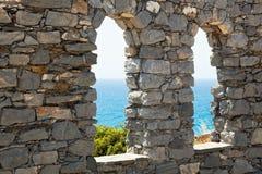 gammala stenfönster för slott Arkivbild