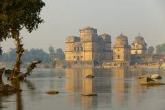 Gammala tempel near floden Arkivbilder