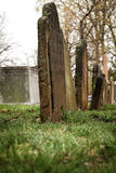 gammala tombstones för kyrkogård Arkivbilder