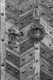 Gammala trä hänrycker dörren Arkivfoto