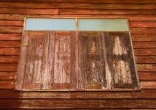 Gammala träfönster Arkivbild